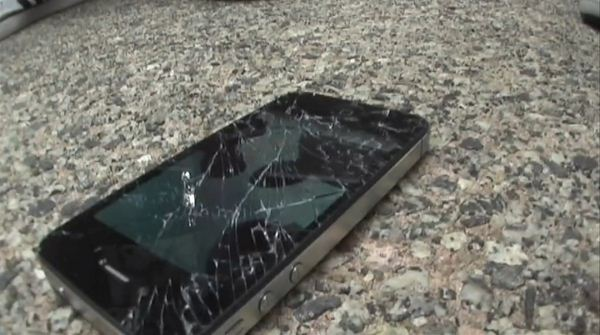 Apple iPhone 4S i Samsung Galaxy S II - crash test