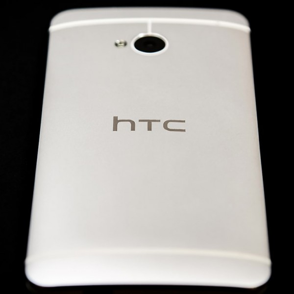 HTC One - tył