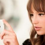 HTC One - dziewczyna robi zdjęcie