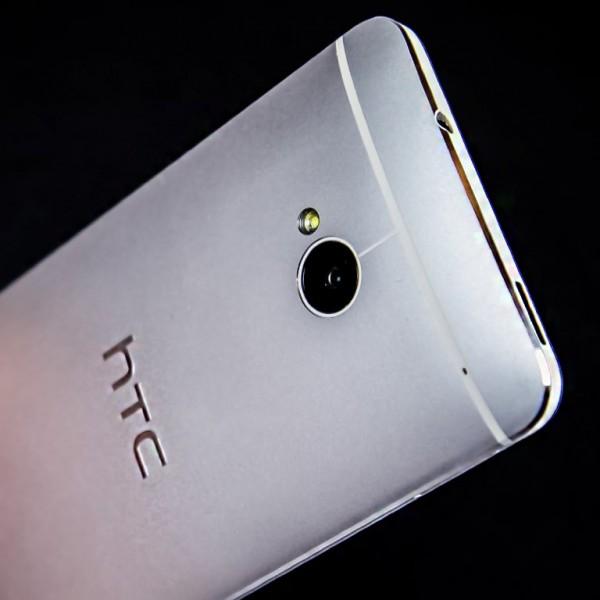 HTC One - tył