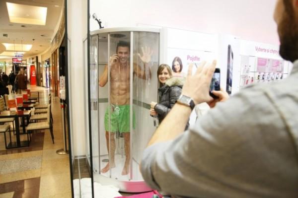 Sony Xperia Z - modelk pod prysznicem