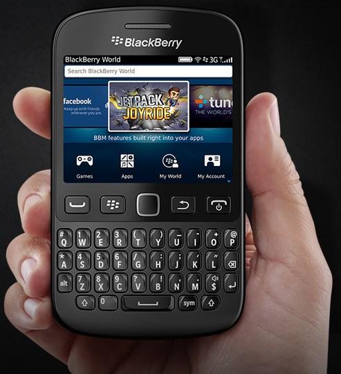 BlackBerry 9720 - czarny, front, w dloni