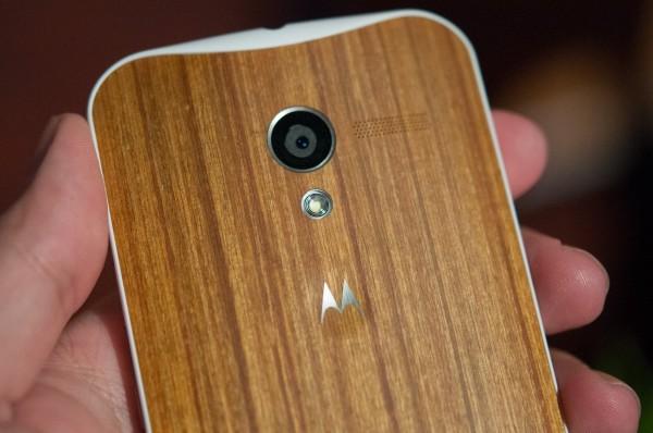 Motorola Moto X - bamboo w dłoni