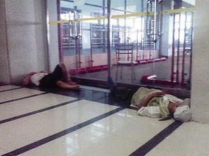 Pracownicy Pegatron spią zmęczeni w fabryce