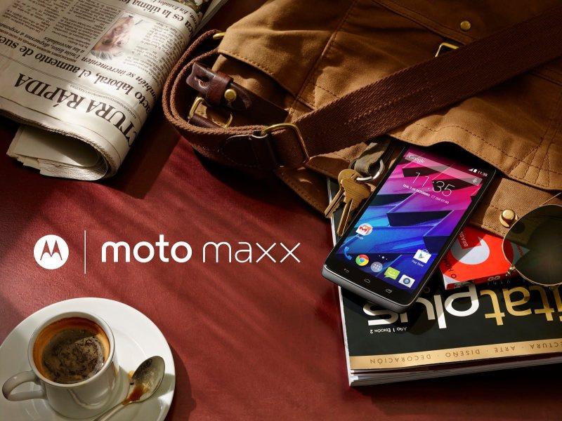 Motorola Moto Maxx przy kawie